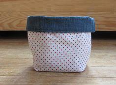 Vide poche, panière réversible en jean et coton blanc à pois rouge : Meubles et rangements par kikoune09