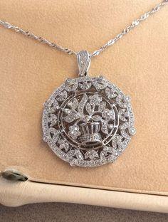 Online veilinghuis Catawiki: Gouden ketting met hanger in bloempatroon met natuurlijke diamanten.