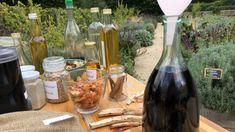 Vaše chvíle pohody v pravé nedělní poledne! Oblíbený magazín pro pěstitele, chovatele, chalupáře, kutily a všechny, kdo chtějí pěkně a pohodlně bydlet, příjemně relaxovat či zdravě žít. Pořad s Oldřichem Navrátilem a jeho hosty, plný nejen sezónních rad, tipů a názorných ukázek Med, Alcoholic Drinks, Relax, Wine, Glass, Cousins, Drinkware, Corning Glass, Liquor Drinks