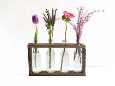 DIY Anleitung: Flaschenvasen mit Holzgestell bauen // DIY tutorial: how to build a wooden stand for flower vases via DaWanda.com