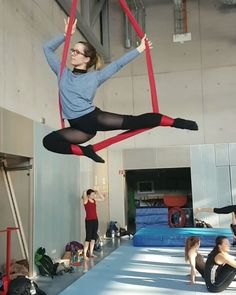 Some new moves I tried today, it's so great to have higher ceilings. Those rolls are so much fun! I was sooo scared first and it took me a while until I let my hands go  I'm such a chicken.  #aerialhammock #aerialist #silkroll #aerialdrop #flexygirl #fitvegan #nerdglasses #foothang