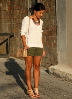 Женские шорты хаки стали универсальной заменой гардеробу классического цвета.