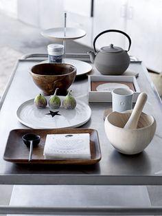 Gedekte tafel met dienblad, kommen, bord en theepot | Table with with tray, bowls, plate and teapot | Bloomingville