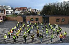 De leerlingenraad van Annuntiata Veurne wou graag iets doen aan de verkeersveiligheid op school. Ze vonden zelf een oplossing door fluohesjes uit te delen aan alle eerstejaars en hen te stimuleren om dit te dragen via een stempelkaart.