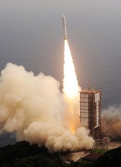 宇宙航空研究開発機構とIHIエアロスペースが開発した新型の小型ロケット「イプシロン」1号機が、鹿児島県肝付町の内之浦宇宙空間観測所から打ち上げられた(写真)。約1時間後に惑星分光観測衛星を所定の軌道に投入、打ち上げは成功した【時事通信社】2013年9月14日