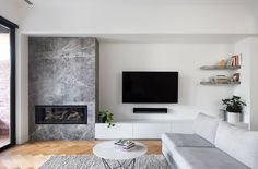 33 Stunning Modern Fireplace Design Ideas With TV Above - Modern fireplaces not just about heating the house, they are also about interior design. They are still functional and economical, but their aesthetic. Living Room Decor Fireplace, Fireplace Tv Wall, Living Room Tv, Fireplace Surrounds, Fireplace Design, Home And Living, Fireplace Stone, Family Room Design, Home Interior Design