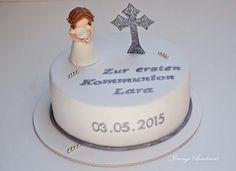 Für die erste heilige Kommunion von Lara habe ich für gestern diese Torte gemacht.Die Figur ähnelt der auf dieser Torte hier *klick*. Nur habe ich das Mädchen ohne Engelsflügel und knieend modelliert.