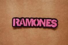 Patch 100% bordado. Acabamento manual. Ramones Rosa. www.facebook.com/PatchesDonaRamona
