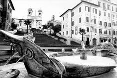 La fontana della Barcaccia, ai piedi di Trinità dei Monti e al centro di piazza di Spagna - deturpata il 19 febbraio 205 da vandali ultras olandesi -, fu realizzata in travertino tra il 1626 e il 1629 per volontà di papa Urbano VIII Barberini e fu commissionata al BERNINI, ma padre: PIETRO. Questi era l'architetto dell'Acqua Vergine e lavorò all'opera con i suoi aiuti di bottega e FORSE con un intervento del figlio Gian Lorenzo.