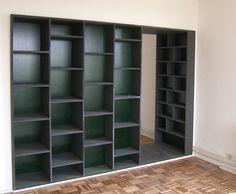In plaats van een muur tussen woon- en slaapkamer, bouwden we deze kastenwand. Aan de slaapkamerkant te gebruiken als garderobekast en aan de woonkamerkant als boekenkast, met daartussen een doorgang.  Uitgevoerd in zwart mdf en groen colorply (multiplex)