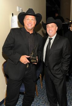 Billy and Garth. Just heard that Garth Brooks is making a comeback with a new CD coming out in November Country Music Playlist, Best Country Music, Country Music Videos, Country Music Stars, Country Singers, Country Style, Music Mix, Music Icon, Shameless Garth Brooks