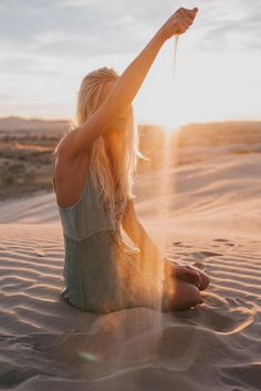 """Sep 2019 - i-sparkling-star: """"If I held in my hand ,every grain of sand.Since time first began to me.Still,I could never count,measure the amount…of all the things ,you are to me. Beach Shoot, Beach Poses, Desert Photography, Portrait Photography, Family Photography, Photography Meme, Children Photography, Fotos Strand, Photographie Art Corps"""
