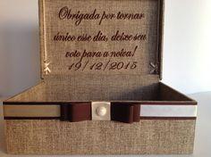 SUPER NOVIDADE DA ART IN THE BOX: Caixa de votos para os noivos. Além de enfeitar sua festa, essa caixa guarda os lindos votos de seus convidados. Quando sentir saudade daquele momento, é só pegar a sua caixa e ler todos os recadinhos <3    Caixa toda revestida com tecido, com bordado na tampa (p...