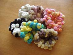 編まずに簡単!ポンポンシュシュの作り方 その他 ファッション小物 アトリエ 手芸レシピ16,000件!みんなで作る手芸やハンドメイド作品、雑貨の作り方ポータル Hair Ties, Scrunchies, Gifts For Friends, Dog Food Recipes, Diy And Crafts, Crochet Necklace, Hair Accessories, Handmade, Ribbon