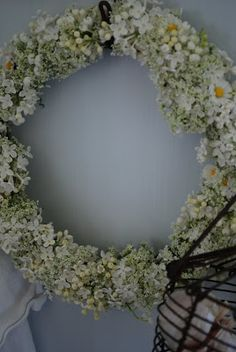 Vita Ranunkler: Blommor-Swedish blog Wreath using white flowers: lilacs, dog biscuits- a wild flower - Latin name is Anthriscus sylvestris, common names- cow parsley, wild chervil, wild beaked parsley, keck, or Queen Anne's lace, lilies of the valley and daisies.