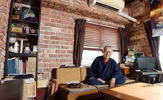 「千と千尋の神隠し」など有名なアニメ映画を数々生み出してきた「スタジオジブリ」の名物プロデューサー、鈴木敏夫さん(67)には、「居心地の良さ」にこだわったアトリエがある。通称「れんが屋」。その空間の魅力を探りに行った。