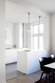 Her er Ikea-køkkenet, der ligner en million - Nelly Ikea Eket, Kitchen Dining, Kitchen Decor, Dining Room, Bauhaus, Ikea Hack Kitchen, Small Apartment Design, Apartment Ideas, Home Interiors And Gifts