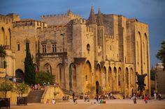 La Palaise des Papes se trouve à Avignon, en France. C'est une ancienne résidence papale médiévale, désormais contrôlée par l'Etat français.