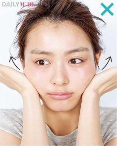 MOREでもおなじみの人気ヘア&メイク、小田切ヒロさん。美容に関する造詣は誰よりも深く、その知識をフルに生かした独自の方法で、驚きの小顔をゲット! 今回は、そのテクニックから今すぐできるセルフコルギをご紹介。骨盤と同じように、顔の骨格も年齢… | DAILY MORE Make Beauty, Beauty Care, Beauty Skin, Health And Beauty, Beauty Hacks, Face Yoga Exercises, Magical Makeup, Face Massage, Face Wrinkles