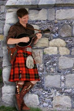 Its great style kilt.A perfect match of fashion and tradition to represent scottish heritage. And he's wearing Wallace no less. Scottish Man, Scottish Tartans, Motif Music, Mode Alternative, Man Skirt, Style Masculin, Tartan Kilt, Highland Games, Celtic Music