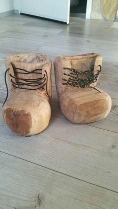 Paar Schuhe Eiche Paar Schuhe Eiche The post Paar Schuhe Eiche appeared first on Rustikal ideen. Lazy Susan Shoe Rack, Keramik Design, Rustic Wood Furniture, Wood Planters, Wooden Art, Picture On Wood, Outdoor Art, Wood Sculpture, Chainsaw
