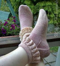 Käytän villasukkia kesät, talvet. Kesällä ne ovat vain ohuemmat. Neuloin uudet, nimeltään frillasukat, täksi kesäksi. Ihan hauska malli! Ohj... Knitting Socks, Mittens, Knitting Patterns, Women Accessories, Slippers, Crochet Hats, Stockings, Legs, Wool