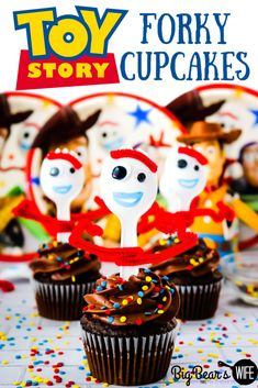Toy Story 4 is hitting theaters this week! These Toy Story Forky Cupcakes celeb. - Toy Story 4 is hitting theaters this week! These Toy Story Forky Cupcakes celebrate the new toy th - Toy Story Cupcakes, Fun Cupcakes, Cupcake Cakes, Toy Story Cookies, Cupcake Toppers, Toy Story 3, Toy Story Party, Toy Story Birthday Cake, Homemade Chocolate Frosting