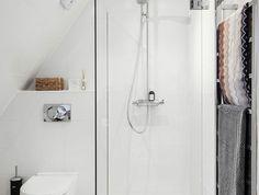 petites salle de bain avec douche italienne et meuble WC suspendu réalisation sous toit en pente mansarde