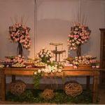 Ou simplesmente Casamento em Casa O Home Wedding consiste em trazer o ambiente agradável, confortável e familiar para o seu casamento. Como já diz o nome, o objetivo é fazer com que seus convidados se sintam em casa. Observe a mesa rústica e as...