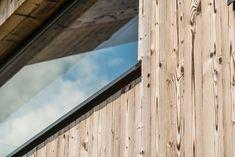 Die Fassadengestaltung des Einfamilienhauses zeichnet sich durch die Ausrichtung der Fenster aus, welche an die Ausblicke auf die umliegende Berglandschaft angepasst ist. Das Haus spiegelt dadurch eine Transparenz wieder, was der Idee eines offenen Lebensstils und einem gefühlvollen Umgang mit der Natur nahekommt. Im Herzen des Hauses werden alle Stockwerke durch eine offene Deckenkonstruktion miteinander verbunden, was im Innenraum ein Atrium entstehen lässt. Atrium, Windows, Wood, Room Interior, Room Interior Design, Interior Designing, Types Of Construction, Wood Facade, Mountain Landscape