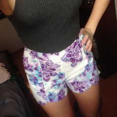 Patterned Sabo skirt shorts! Size 6 which would be a small-medium flowy shorts from sabo skirt! Zips on the side. Purple flower pattern Sabo Skirt Shorts