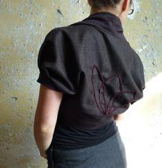 schöner wollbolero mit webgemusterten streifen und floraler besteppung mit dekoknopf am rücken. umrandet ist er mit dunkelbraunem baumwollsweat.    ...