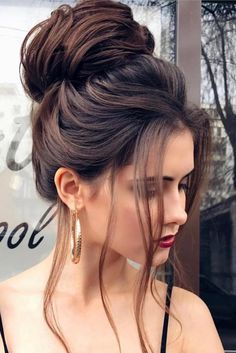 See our great hair updos for the Christmas or New Year's Eve party - makeupacc. See our great hair High Bun Hairstyles, Older Women Hairstyles, Wedding Hairstyles, Cool Hairstyles, Hairstyles 2018, Woman Hairstyles, Hairstyle Ideas, Hair Ideas, Hairstyles Pictures