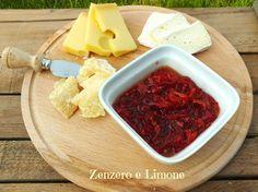 La marmellata di peperoni è una confettura squisita che trasforma un semplice piatto di formaggi in una portata davvero molto più interessante