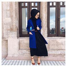 Royal blue coat - check out: Esma Islamic Fashion, Muslim Fashion, Modest Fashion, Hijab Elegante, Hijab Chic, Modest Dresses, Modest Outfits, Hijab Trends, Modern Hijab