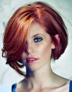 Carré asymétrique d'une vive (mais naturelle) couleur rousse. //  Asymmetric bob with a side part on a firey (yet natural) red hair color.