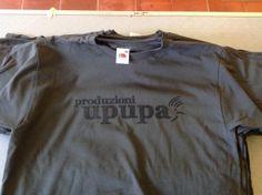 Stampa serigrafica a un colore su t-shirt  grigia. soggetto: Upupa produzioni