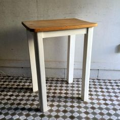 アンティークオールドパインのテーブル|ホワイトペイントの脚にナチュラルカラーの天板が素敵なオールドパインテーブルです。小ぶりなテーブルですのでサイドテーブル、作業台など重宝してくれそうですね。脚のホワイトペイントは近年リペイントされたもののようです。ナチュラルやシャビーなインテリアにぴったりです!