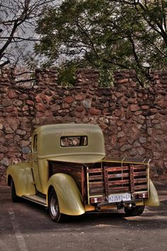 I'm not a Ford fan but I LOVE this old Ford truck!