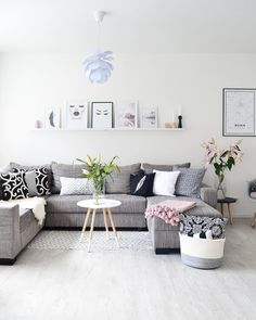 ♥️Scandi Love♥️ In diesem Wohnzimmer stimmt einfach jedes Detail! Im gemütlich-hellen Skandi-Style lädt die Couch sofort zum Kuscheln ein. Frische Blumen und eine Gallery Wall machen den Look perfekt! // Sofa Couchtisch Beistelltisch Weiss Grau Grey @frecherfaden