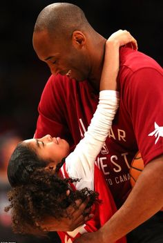 NBA legend Kobe BRYANT has died! World-renowned basketball player Kobe Bryant has died along with his daughter Gianna Maria due to a helicopter crash Vanessa Bryant, Kobe Bryant Family, Kobe Bryant 24, Bryant Lakers, Basketball Legends, Basketball Players, Nba Players, College Basketball, Basketball Quotes