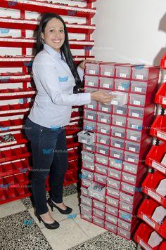 Cajas plásticas cerradas ideales para organizar, almacenar, clasificar y exhibir repuestos, tornillería, herrajes, accesorios, herramientas y demás productos de tu establecimiento comercial. Te brindamos asesoría personalizada, Te esperamos! Tel: 4145213 en Bogotá. ·Optimizan espacios. ·Facilitan el control y la realización inventarios. ·Mejoran el ambiente operacional y la imagen de tu empresa. ·Facilitan la exhibición de productos. Te esperamos! Tel: 4145213 en Bogotá.