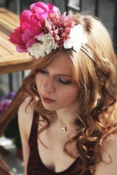 """Couronne de fleurs pivoine rose  et fleurs blanches """"Laetitia"""" http://naminoe.fr/fr/couronnes-/172-couronne-de-fleurs-laetitia.html Photo Marion Colombani #mariage #wedding #flowers #poeny"""