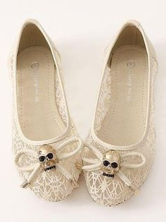off-white lace flats with skull bows ~ SO cute ∞ Lace Flats, Ballet Flats, Look Fashion, Fashion Shoes, Skull Wedding, Mode Shoes, Grunge, Skull Fashion, Outfits