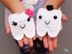 These Tooth Fairy Pouches are great for kids that are starting to lose teeth and need a safe place to keep them until the Tooth Fairy visits! Crochet Eyes, Love Crochet, Crochet Motif, Crochet For Kids, Crochet Bows Free Pattern, Crochet Shawl, Crochet Gratis, Crochet Patterns Amigurumi, Crochet Baby Booties