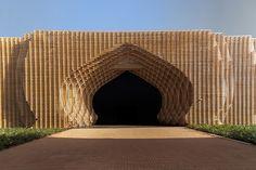 Mooie tijdelijke entree voor een expogebouw voor de COP22 klimaatconferentie in Marrakech. Dit bouwwerk naar de hand van Oualalou  Choi is demontabel en zal op andere plekken hergebruikt kunnen worden.
