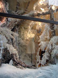 Marisa: Este escaparate tan llamativo por su decoración invernal, con tonos blancos, obliga al cliente a fijarse con detenimiento en el vestido blanco casi camuflado con el resto de la decoración.