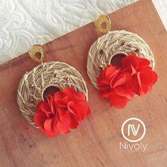 Aretes en palma de Iraca 🌴❤ Red Jewelry, Jewelry Art, Jewelry Accessories, Earrings Handmade, Handmade Jewelry, Stone Wrapping, Simple Earrings, Beaded Embroidery, Statement Earrings