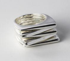 Zilveren ring met strak ontwerp. www.worldofrings.nl/ring/sydney