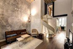 enduit à la chaux décoratif taupe et escalier à vis dans un loft moderne